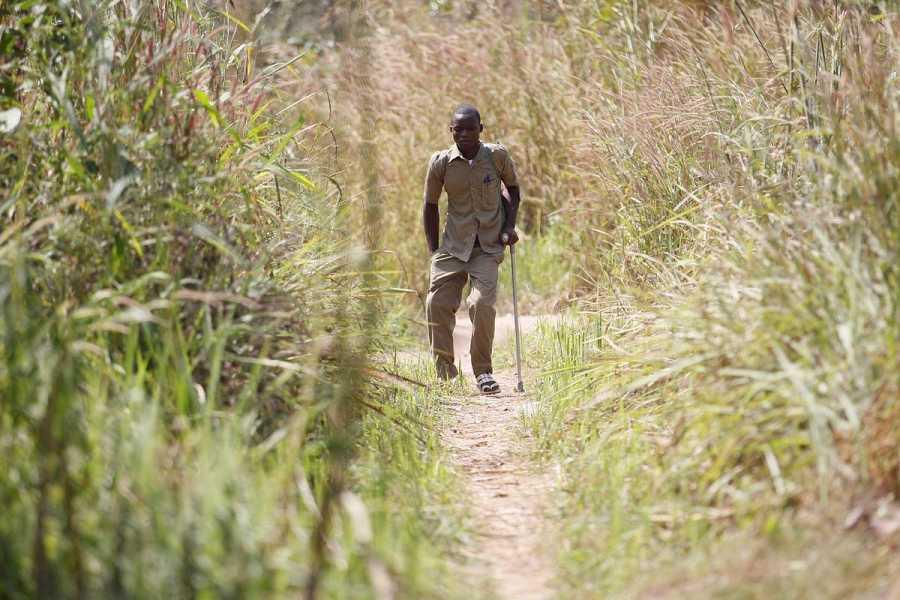 Essohouna camina ayudado por su muleta