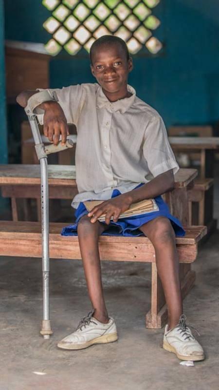 Malik, de 11 años y con discapacidad en una de sus piernas, en la escuela de Sierra Leona a la que asiste