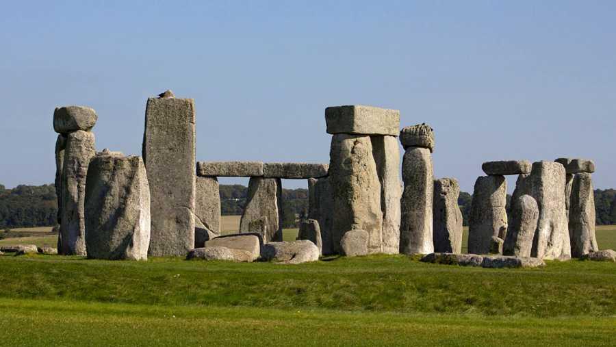 Stonehenge es un monumento megalítico tipo crómlech, de finales del Neolítico.
