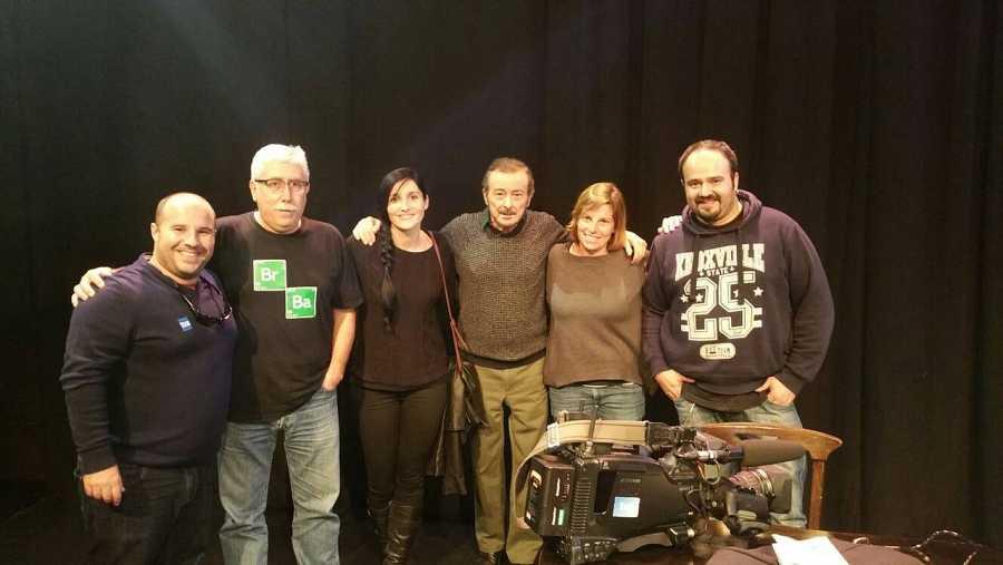 El actor Juan Diego, rodeado del equipo completo de este episodio de 'La mitad invisible'