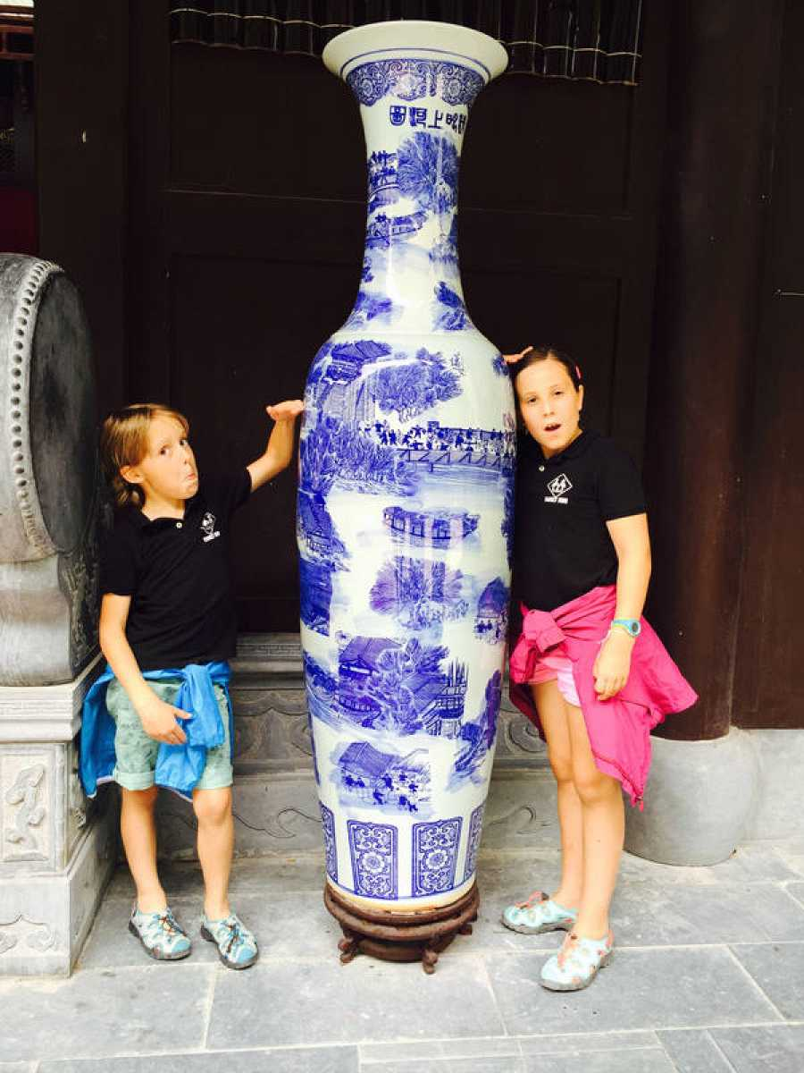 Candela y Mateo junto a un jarrón en Huangshan