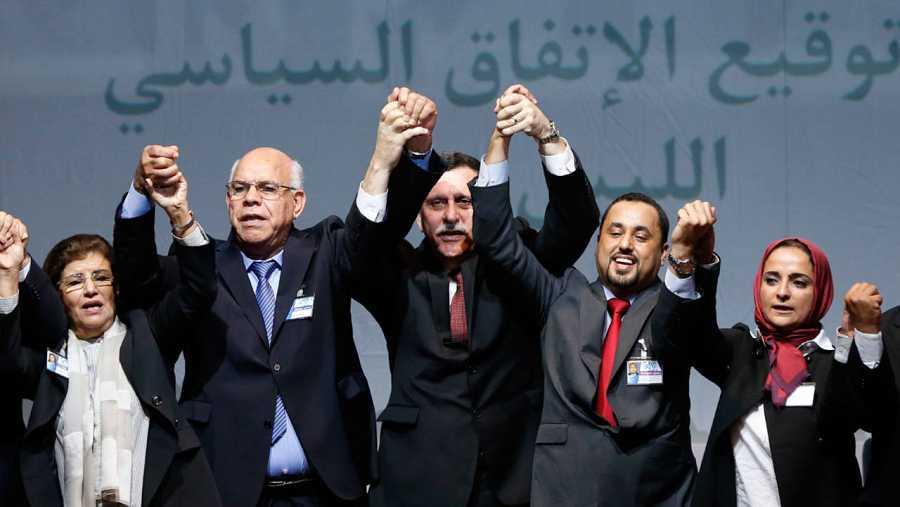 Foto de familia con el primer ministro libio Faiz Serraj (c).