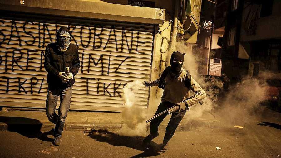 Militantes kurdos se enfrentan con la Policía en el barrio de Okmeydani, en Estambul, el 15 de diciembre. AFP / CAGDAS ERDOGAN