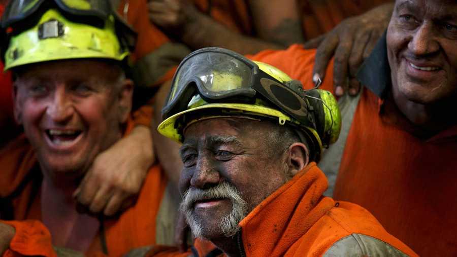 Los mineros posando al final de su turno