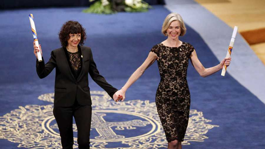 Emmanuelle Charpentier (i) y Jennifer Doudna (d) tras recibir el Premio Princesa de Asturias de Investigación Científica y Técnica 2015.