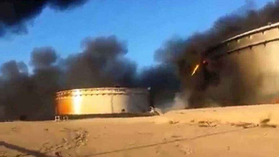 Imagen tomada de un vídeo colgado en redes sociales que muestra un tanque de petróleo ardiendo en la terminal petrolera de Al Sidra, cerca de Ras Lanuf, en la costa norte de Libia, el 5 de enero. Fuente: AFP