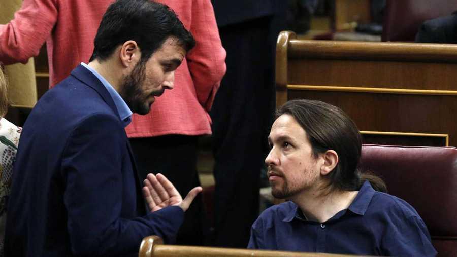 Iglesias y Garzón se saludan en el Congreso de los Diputados.