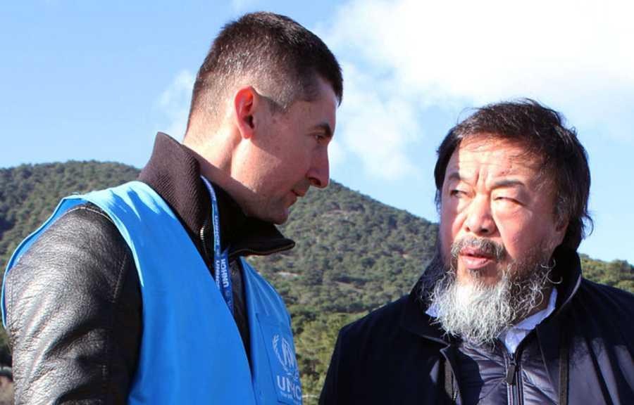 Boris Cheshirkov y el artista chino Ai Wei Wei en la costa de Lesbos el 1 de enero de 2016.