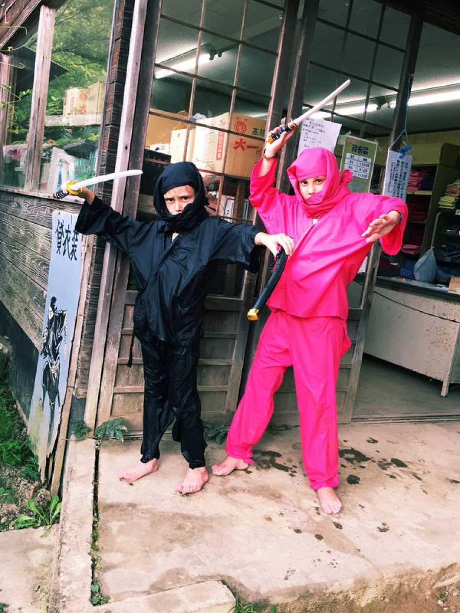 Candela y Mateo en un poblado Ninja
