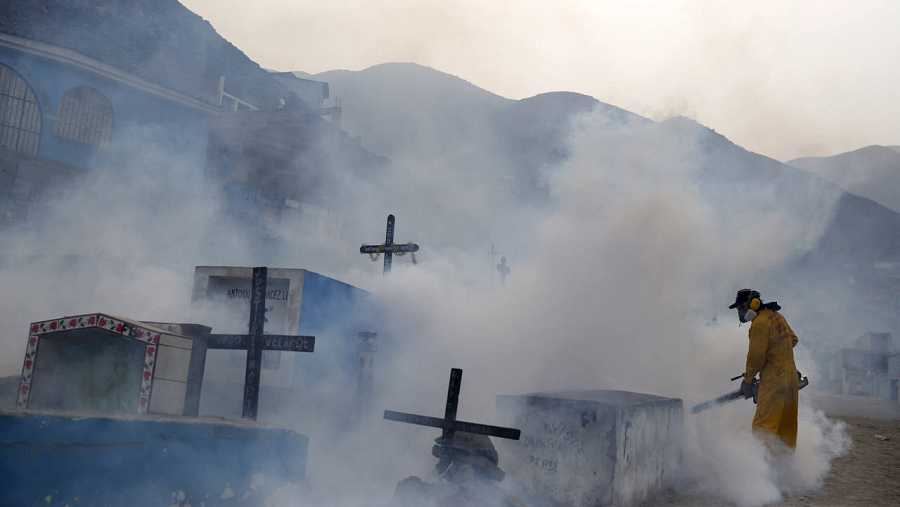 Un operario fumiga insecticida contra el mosquito aedes en Carabayllo, Perú