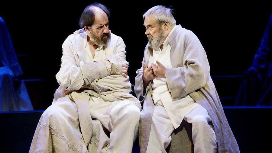 José María Pou en una de las escenas de 'Sócrates' junto a Carles Canut