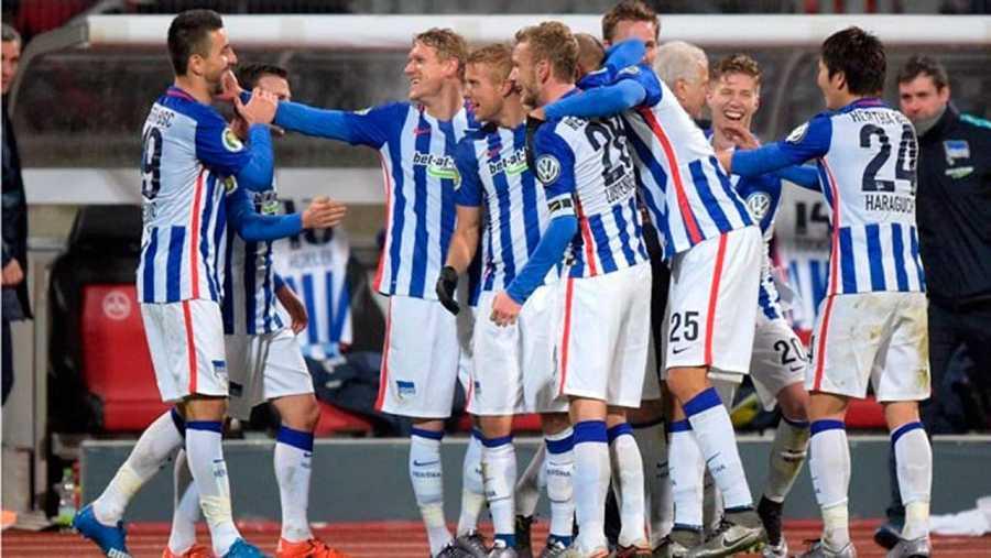 Los jugadores del Hertha Berlin celebran un tanto