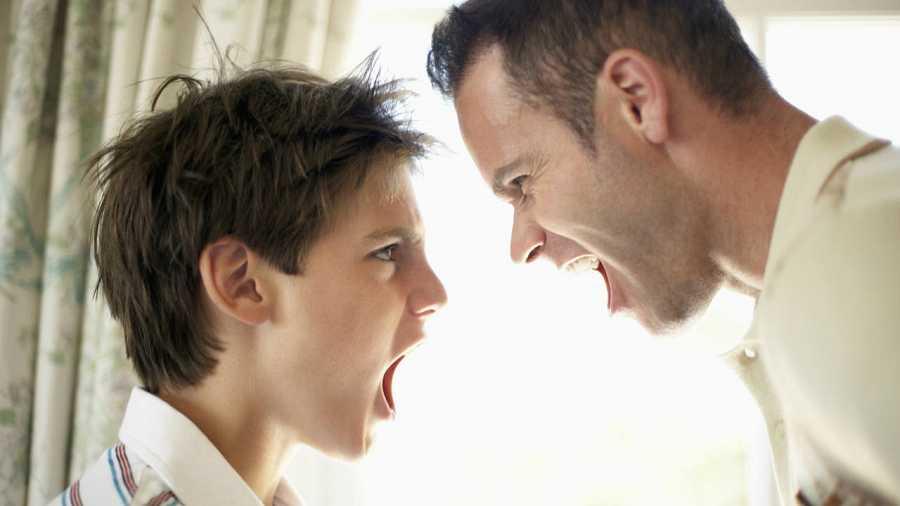 Padre e hijo gritándose