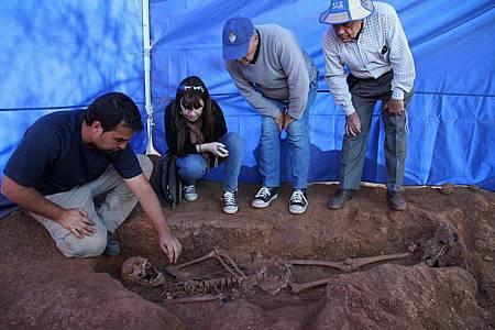 El arqueólogo René Pacheco explica el hallazgo de 'El cesterín' a sus dos hijos y a su nieta. Foto: ARMH.