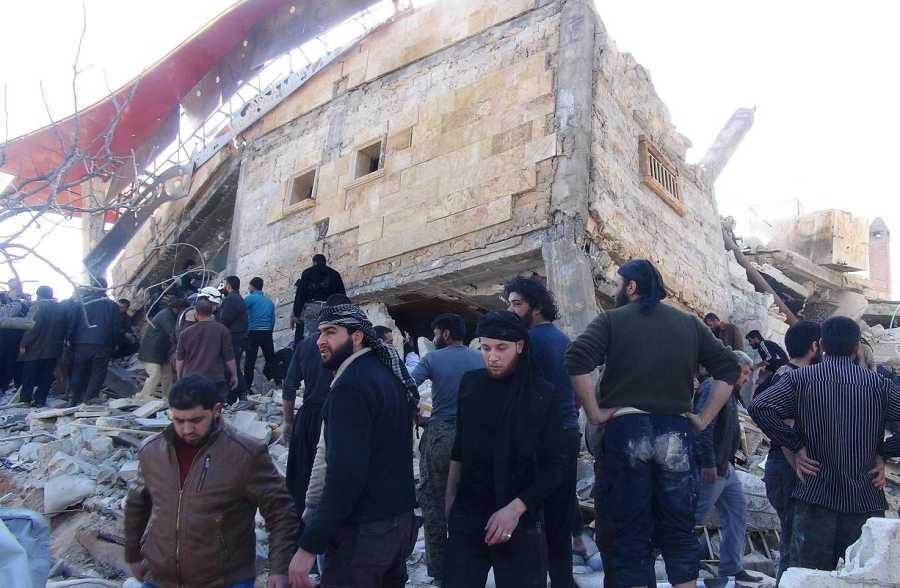 Los habitantes de Maarat al Nuaman se congregan en torno a las ruinas del hospital destruido