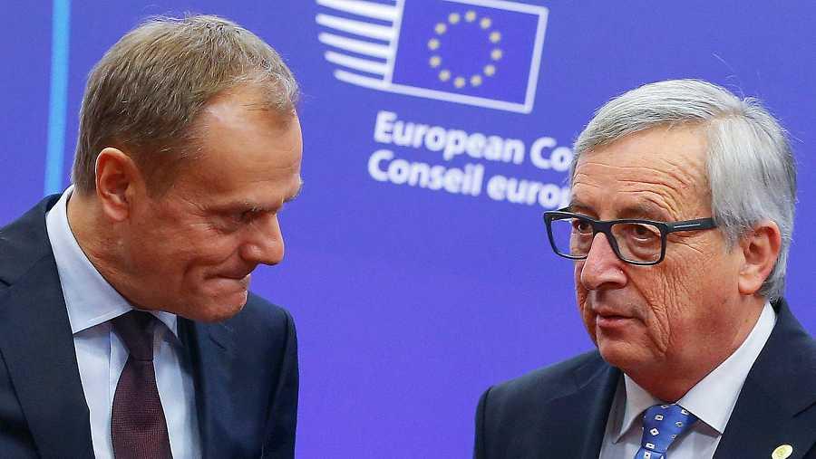 El presidente del Consejo Europeo, Donald Tusk (izquierda) habla con el presidente de la Comisión Europea, Jean-Claude Juncker, en Bruselas, el 17 de febrero. REUTERS/Yves Herman