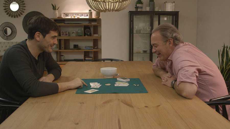 Iker Casillas y Bertín Osborne juegan al mus en 'En la tuya o en la mía'