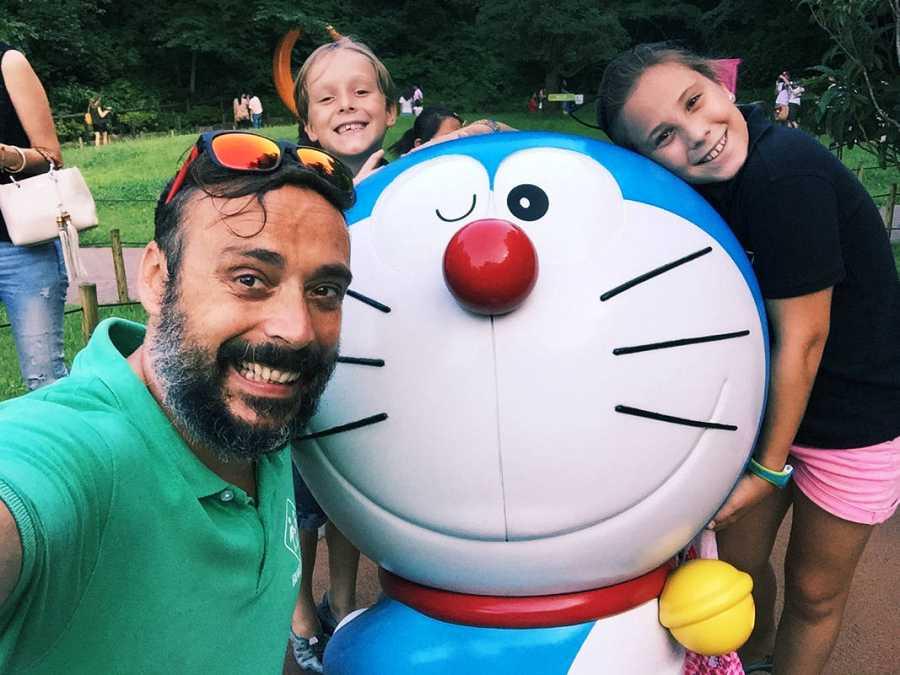 Antonio, Candela y Mateo con Doraimon
