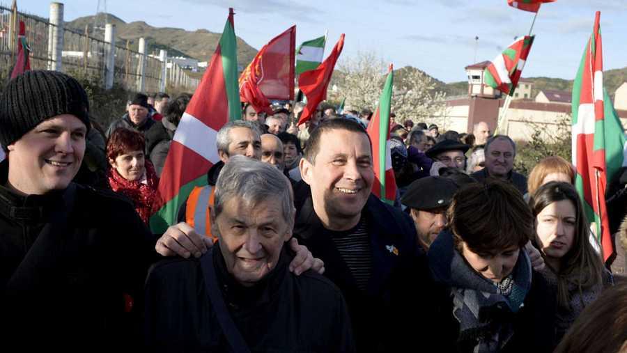 Arnaldo Otegi, rodeado de sus simpatizantes, nada más salir de la prisión de Logroño