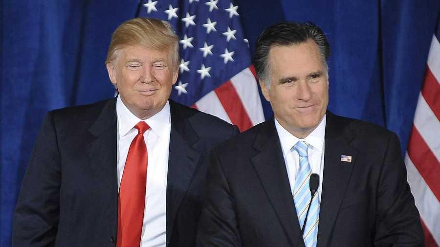 Fotografía fechada el 2 de febrero de 2012 que muestra al candidato presidencial del Partido Republicano en las elecciones de 2012 en EEUU, Mitt Romney, junto al magnate Donald Trump