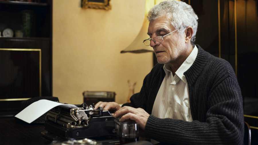 Autor escribiendo con una máquina de escribir