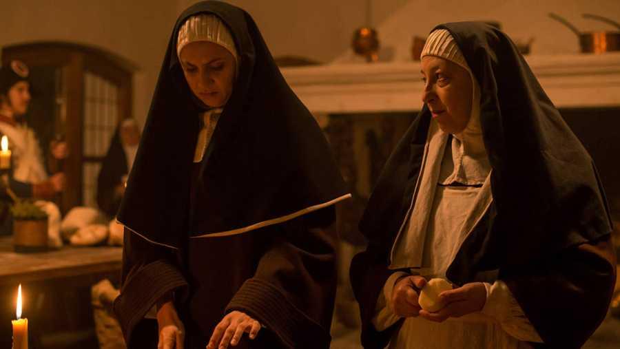 Angustias cocina con Amelia en la cocina del Convento de las Clarisas de Tordesillas para Napoleón