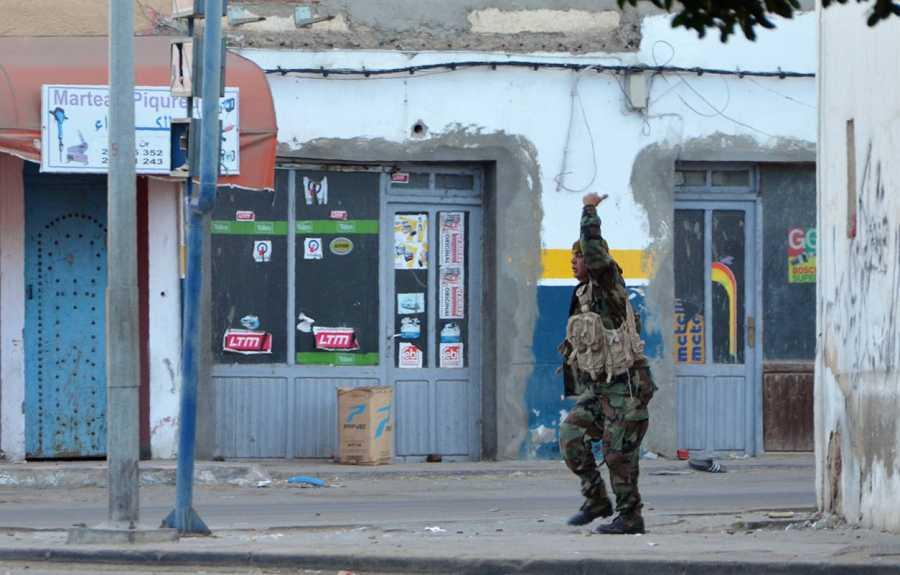 Un soldado de las fuerzas especiales tunecinas en Ben Guerdan, durante la operación contra los yihadistas infiltrados desde Libia