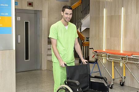 Jorge trabaja en 'Centro Médico' como celador