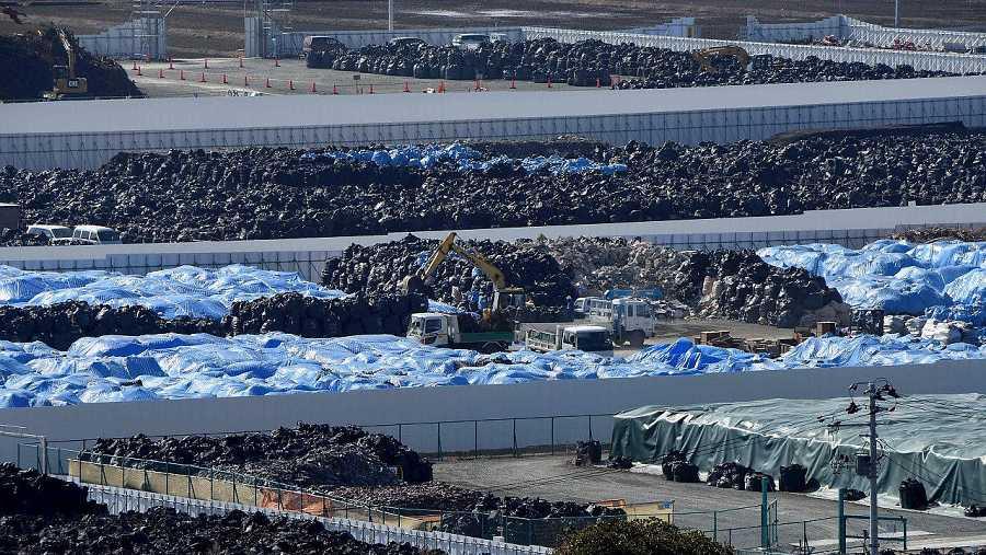 Imagen tomada el 12 de febrero de 2016 de bolsas que contienen material contaminados con radioactividad  y almacenados de manera temporal en Naraha, en la prefectura de Fukushima. AFP / TORU YAMANAKA