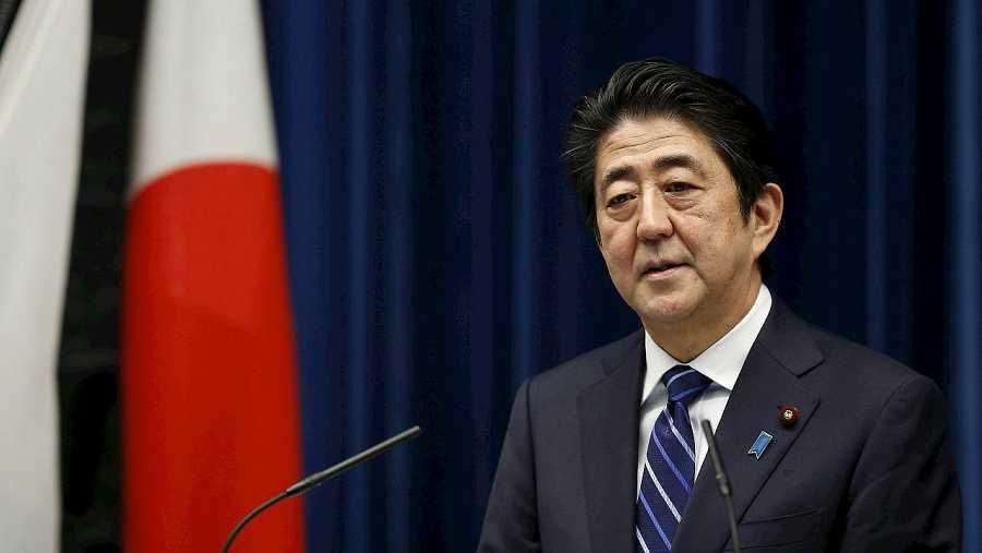 El primer ministro japonés, Shinzo Abe, habla en la conferencia de prensa un día antes del aniversario del terremoto y tsunami que golpeó el país el 11 de marzo de 2011. REUTERS/Toru Hanai