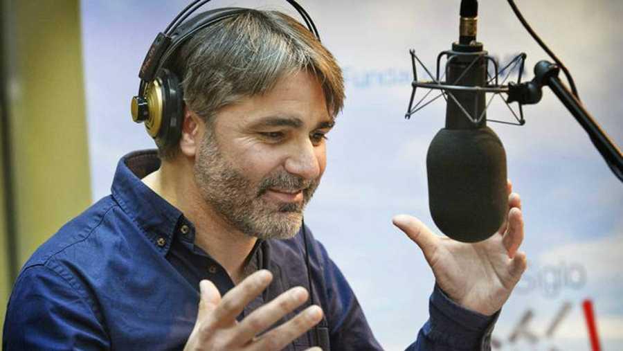 Ernesto Arias grabando en RNE