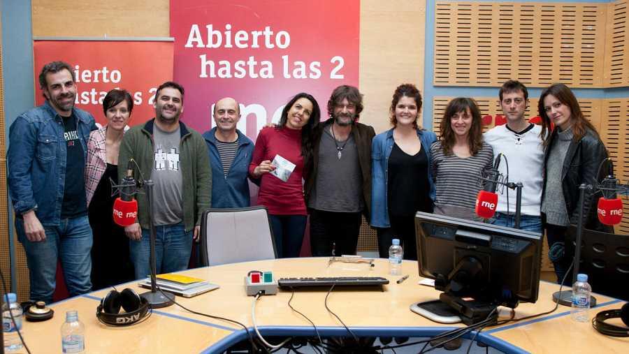 Todo el equipo de 'Abierto hasta las 2', con Quique González