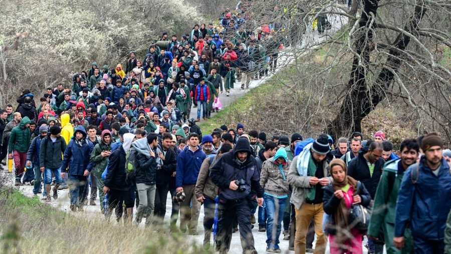 Cientos de migrantes procedentes del campamento de refugiados de Idomeni (Grecia) tratan de encontrar una vía alternativa para cruzar la frontera entre Grecia y Macedonia.