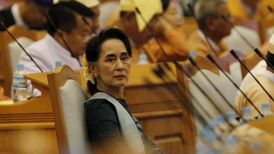 La lider de la Liga Nacional para la Democracia de Birmania, Aung San Suu Kyi (c) asiste el martes 15 de marzo de 2016 a una sesión regular del Parlamento birmano en Naipyidó  EFE/HEIN HTET