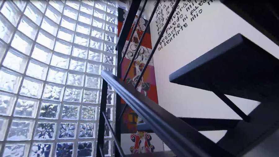 Una escalera da acceso al dormitorio de Bibiana Fernández