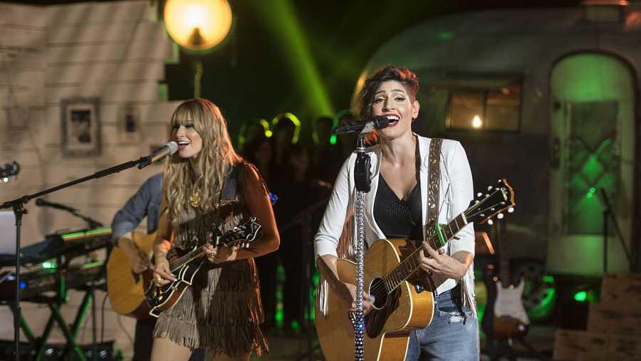 Las hermanas mexicanas Hanna y Ashley, durante una actuación