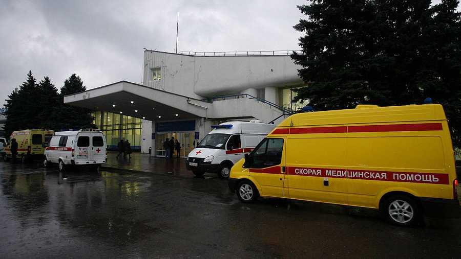 Varias ambulancias en la puerta del aeropuerto ruso de Rostov del Don
