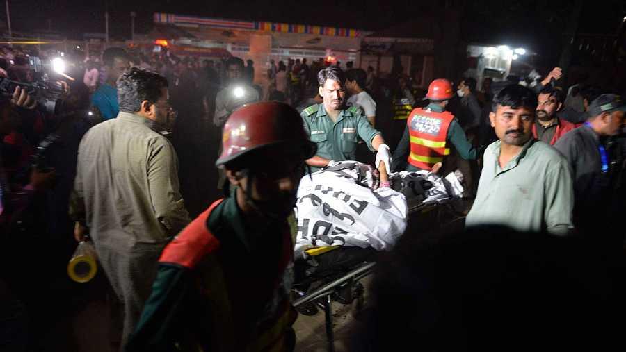 Trasladan a una de las víctimas del atentado en Pakistán