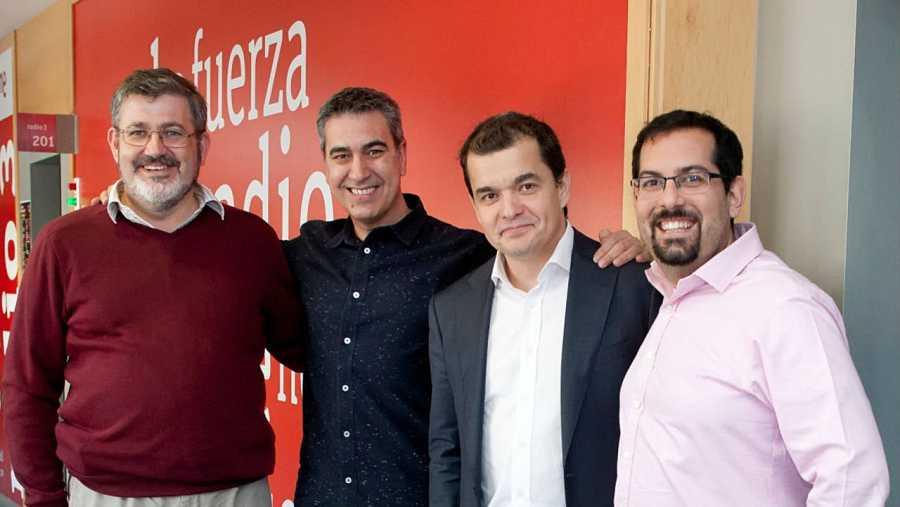 Eduardo Méndez (Telefónica), Eduardo Rodríguez (Samsung) y Ravin Dhalani (BQ), con Arturo Martín