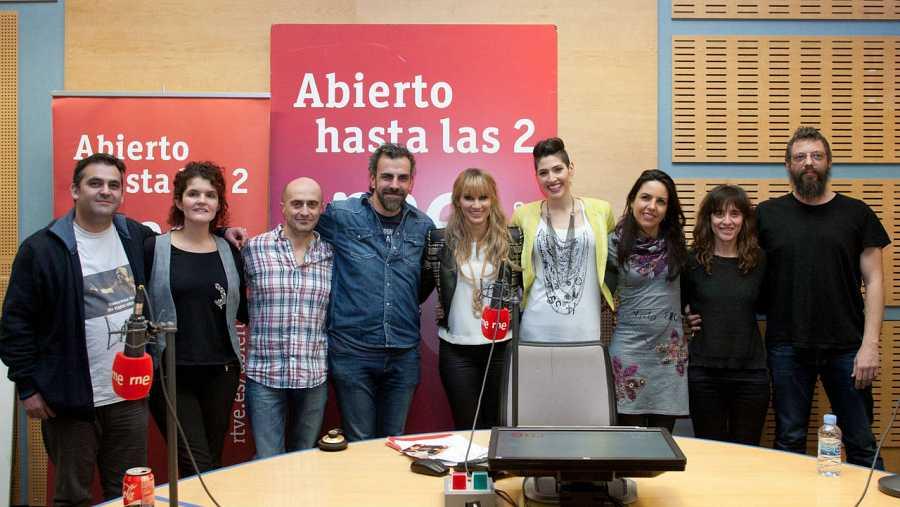 Paloma Arranz, Pepe Viyuela y el resto del equipo, con Ha*Ash