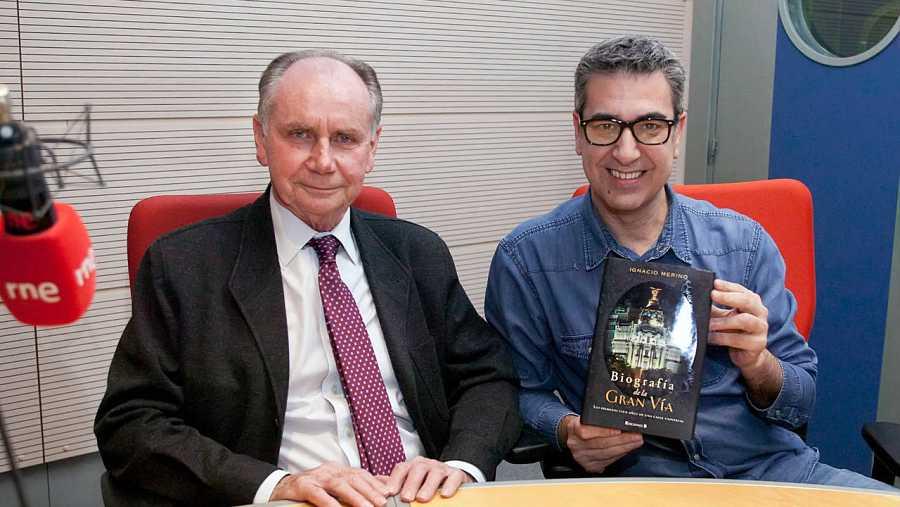 Pedro Navascués, en Rne Madrid con Arturo Martín, que sostiene el libro de Ignacio Merino