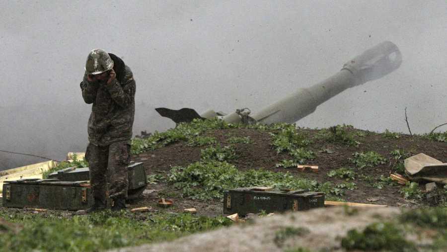 Un soldado separatista del ejército de autodefensa de Nagorno Karabaj dispara un cañón contra fuerzas de Azerbaiyán