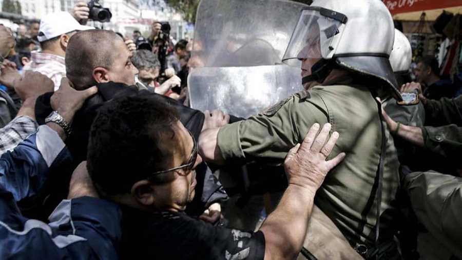 El primer ministro griego,Incidentes entre antidisturbios y un grupo de trabajadores del Puerto de El Pireo