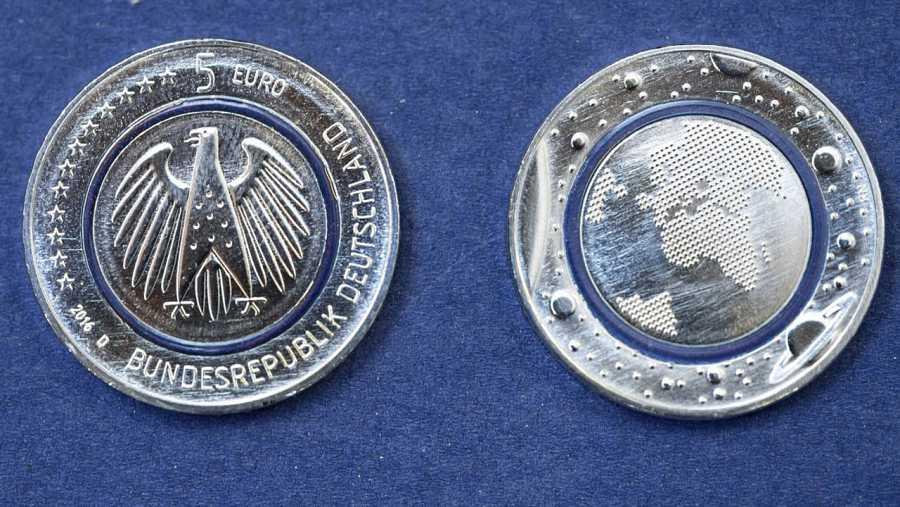 Imagen de la cara y el reverso de la nueva moneda cinco euros