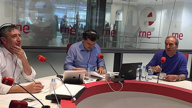 Ramón Arangüena, Alfredo Menéndez y José Luis Perales durante la entrevista. El cantante ha presentado su disco 'Calma'