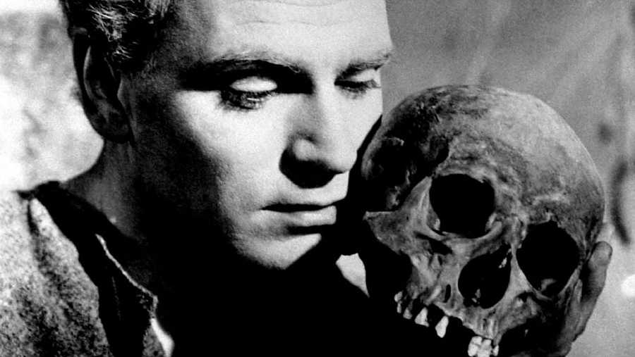 Una de las adaptaciones cinematográficas de Hamlet es la firmada por Laurence Oliver (1948)