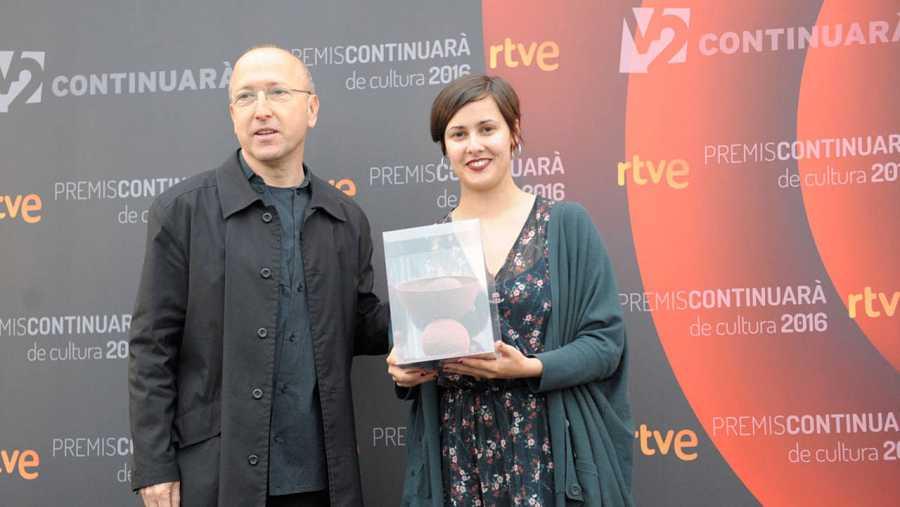 L'escriptora Jenn Díaz també ha rebut el seu guardó de öscar López, presentador i director de Página Dos
