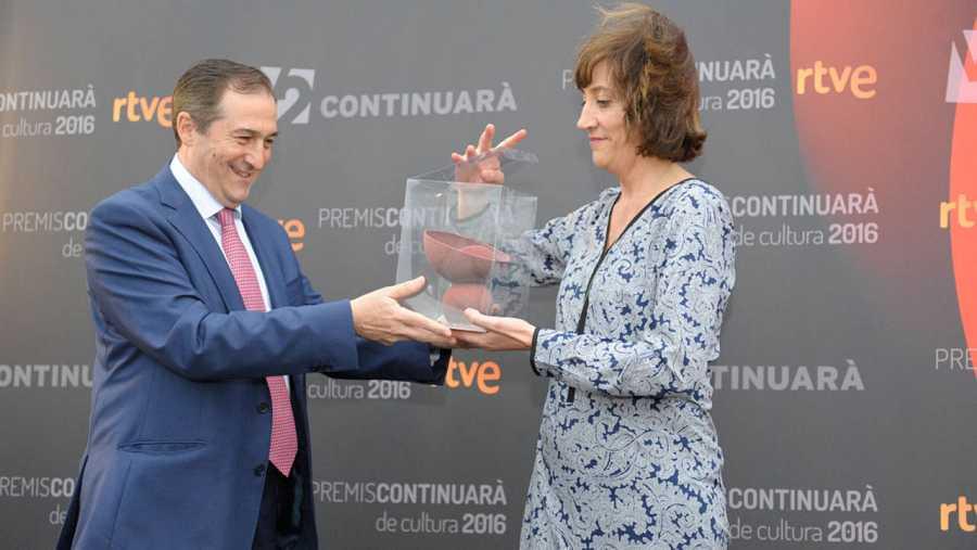 La subdirectora de Ràdio 4, Paola Callieri, ha recollit el premi, entregat per Eladio Jareño,  de Ràdio 4, guardonada per la celebració del seu 40è aniversari.