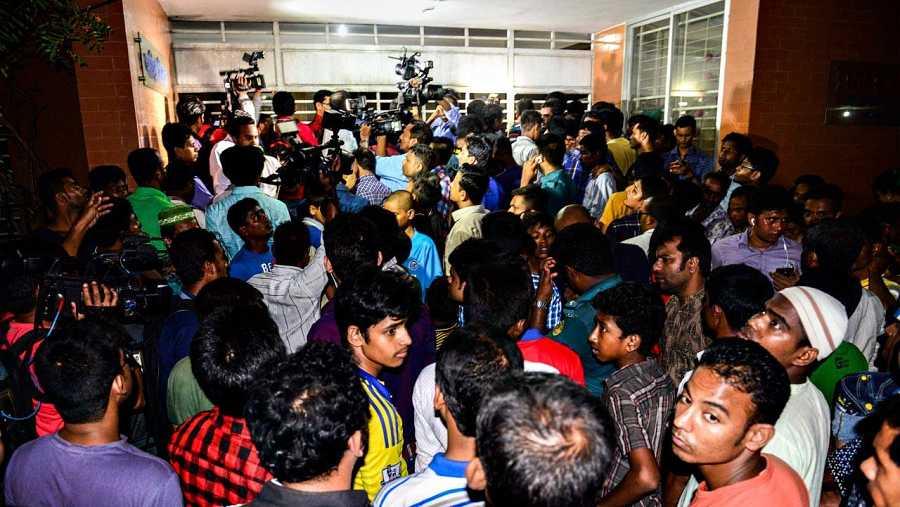 Periodistas y curiosos se congregan ante la casa en la que ha sido asesinado el activista homosexual Julhas Mannan, en Dacca