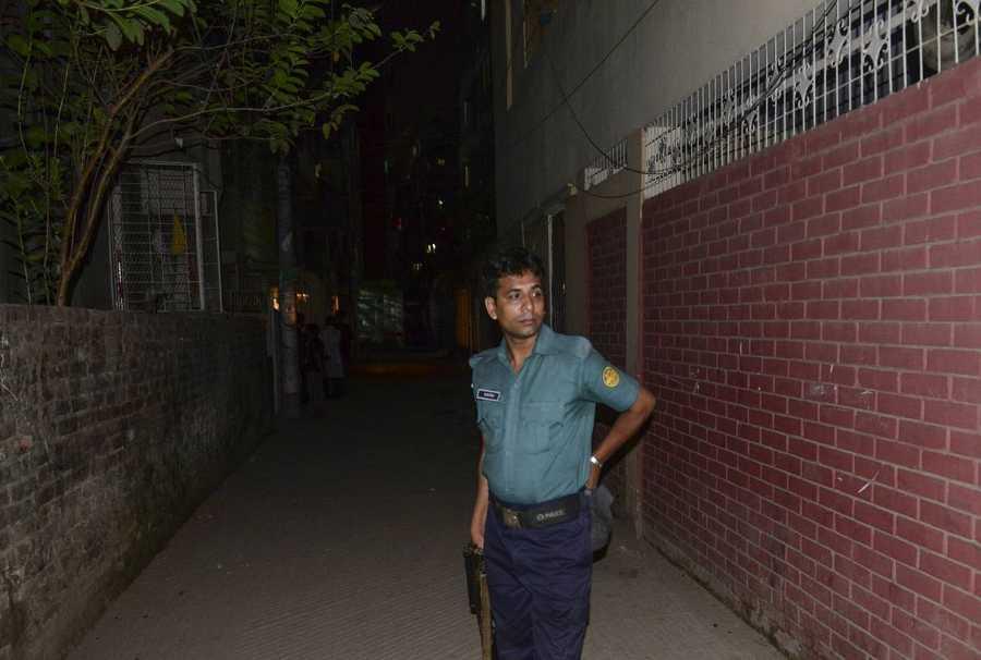 Un agente de policía custodia el edifico en el que ha sido asesinado el activista homosexual Julhas Mannan, en la capital de Bangladesh